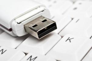 USB-Laufwerk auf der Tastatur foto