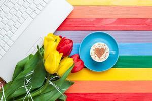 Tasse Cappuccino mit Herzform und Computer
