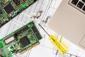 Reparieren Sie einen kaputten Computer, einen Chip mit einem Schraubendreher foto