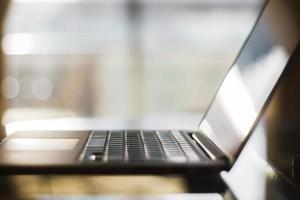 Nahaufnahme des modernen Laptops bei Sonnenaufgang