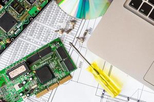 Reparieren Sie einen kaputten Computer, einen Laptop mit einer Treiberdiskette foto
