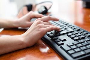 Frau tippt auf der Tastatur foto