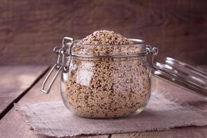 Quinoa auf dem Holzschreibtisch foto