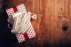 Geschenkbox auf Holzschreibtisch foto