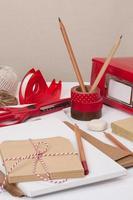 verschiedene Schreibwaren auf dem Schreibtisch foto