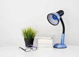 Buch auf dem Schreibtisch foto