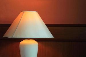 Schreibtischlampe mit Bett foto