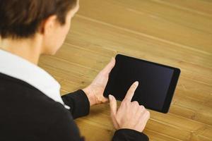 Geschäftsfrau mit Tablette am Schreibtisch foto