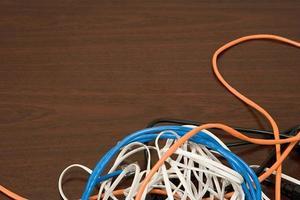Kabel auf einem Schreibtisch foto
