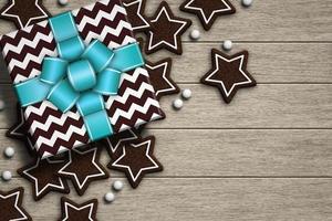 Weihnachtsgeschenk auf Holzschreibtisch liegend foto
