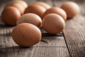 Eier auf dem Holzschreibtisch