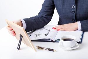 sentimentale Geschäftsfrau an ihrem Schreibtisch foto