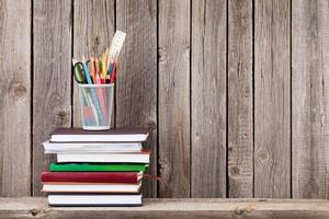 Holzregal mit Büchern und Zubehör