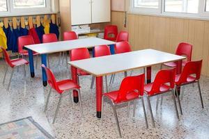 Klassenzimmer Kindergarten mit Stühlen und Schreibtischen für Kinder foto