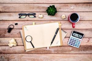 Büromaterial und eine Tasse Kaffee auf dem Schreibtisch foto