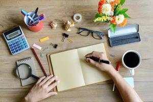 Büromaterial und eine Tasse Kaffee auf dem Schreibtisch
