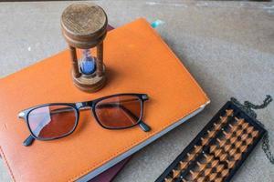 Brille auf ein Buch foto