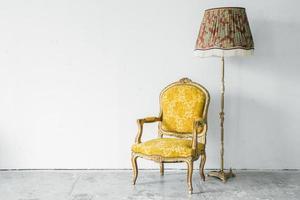 Stuhl mit Schreibtischlampe foto