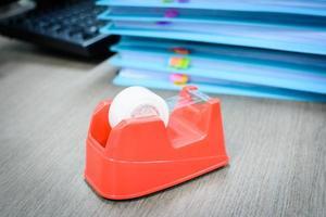 klares Klebeband auf dem Schreibtisch foto
