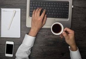 Kaffee trinken an Ihrem Schreibtisch