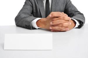 Mann sitzt in einem Schreibtisch foto