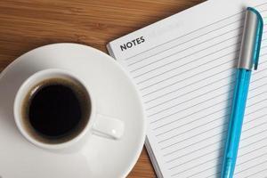 Kaffee auf dem Schreibtisch foto