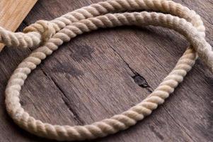 Seil auf dem Holzschreibtisch foto