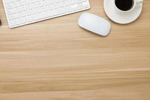 Büromaterial auf dem Holzschreibtisch