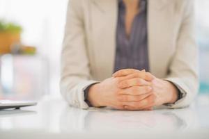 Nahaufnahme auf Geschäftsfrau, die am Schreibtisch sitzt