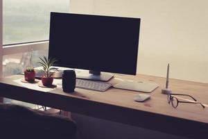 freiberuflicher Schreibtisch mit Topfpflanze. foto