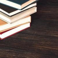 alte Bücher auf Holzschreibtisch.