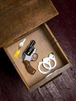 Revolver in Schreibtischschublade Handschellen Selbstverteidigung foto