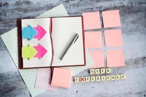 Designer-Schreibtisch mit wenigen Elementen