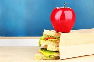 Schulfrühstück auf Schreibtisch des Bretthintergrundes foto