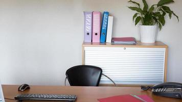 modern ein sauberes Büro mit niemandem foto