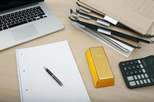 Goldbarren auf dem Schreibtisch foto