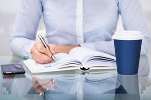Unternehmer, der am Schreibtisch arbeitet foto