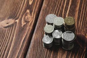 Münzen auf dem Schreibtisch foto