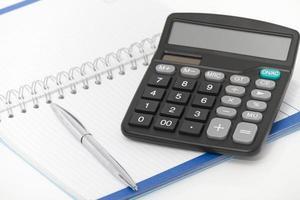 Geschäftskonzept mit Taschenrechner, Stift und Notizbuch foto