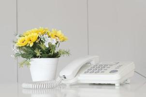 Nahaufnahme eines Schreibtischinnenraums mit Telefon foto