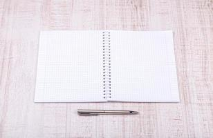leeres weißes Notizbuch auf dem Schreibtisch