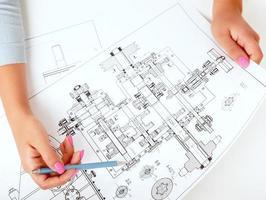 Architektin, die mit Blaupausen am Schreibtisch arbeitet foto