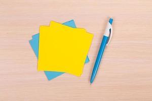 gelbes und blaues Papier mit Stift
