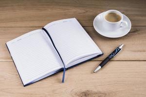 Kaffee und Notizbuch foto
