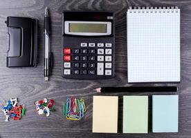 der Taschenrechner, Puncher, Notizbuch, Büroklammern, Knöpfe foto