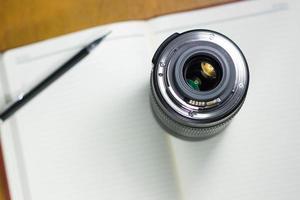 Kamera Fotoobjektiv auf Notebook, Konzeptfotografie