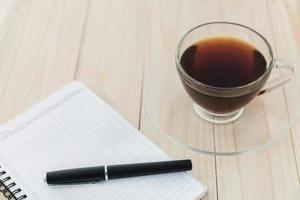 Broschüre und Kaffeetasse auf dem Tisch foto