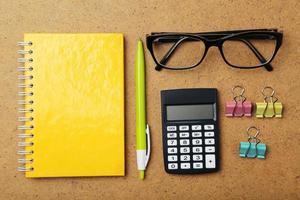 Büromaterial auf braunem Holzhintergrund foto
