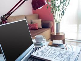 offener Laptop mit Architekturzeichnung auf dem Desktop im modernen Arbeitsbereich