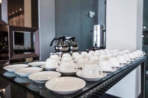 Tasse und Kaffeekanne auf dem Desktop foto